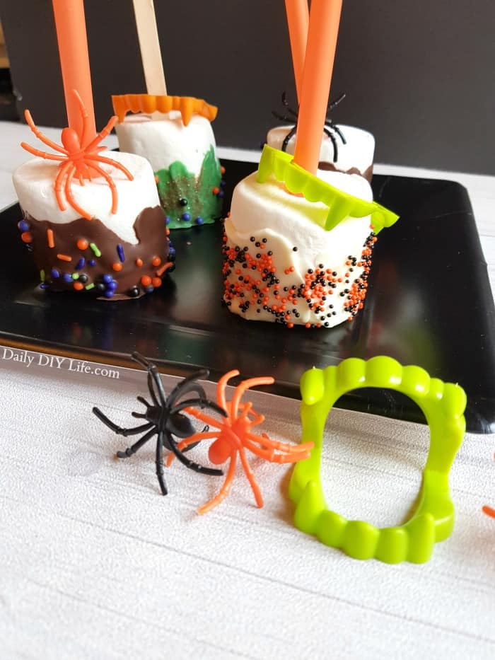 Finding unique Trick or Treat Ideas for family and friends is great! GIANT Halloween Marshmallow Pops are super awesome and an easy project for the kids. #Halloween #HalloweenTreats #TrickortreatIdeas #MarshmallowPops #DIYHalloween